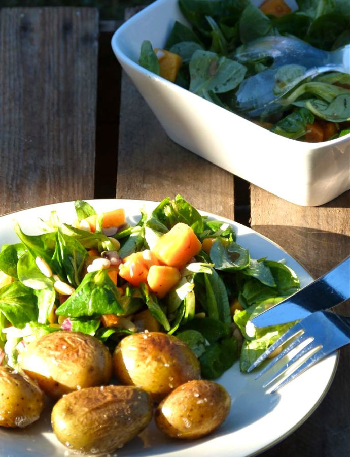 Feldsalat mit Kaki, Pinienkernen und Orangen-Dressing
