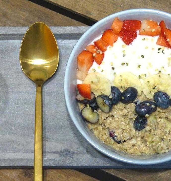 Porridge mit Beeren und Banane (vegan)