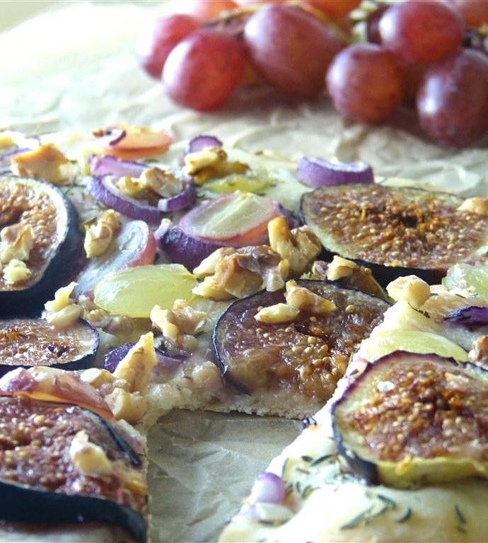 Herbstliche Pizza mit Feigen und Trauben (vegan)