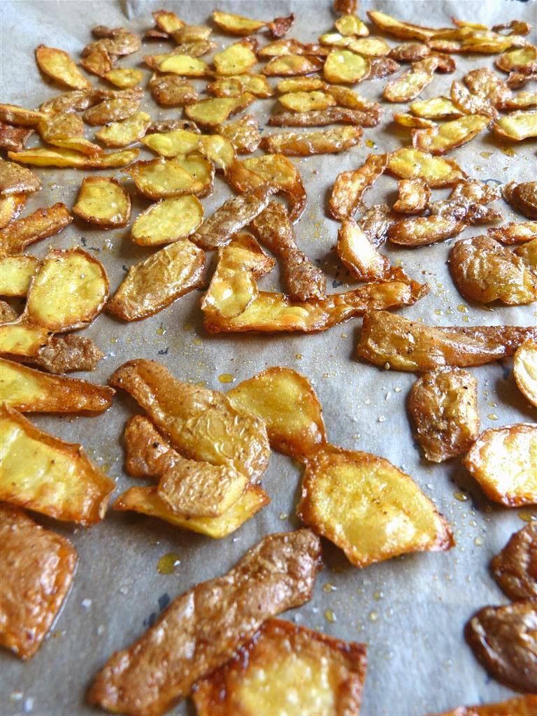 Knusprige Kartoffelschalen auf Backblech