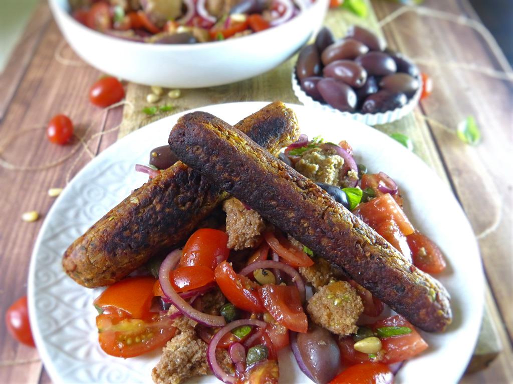 Brotsalat mit veganer Wurst